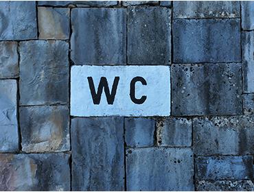 Find vej til de offentlige toiletter