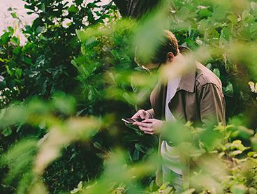 Ud i naturen på mobilen